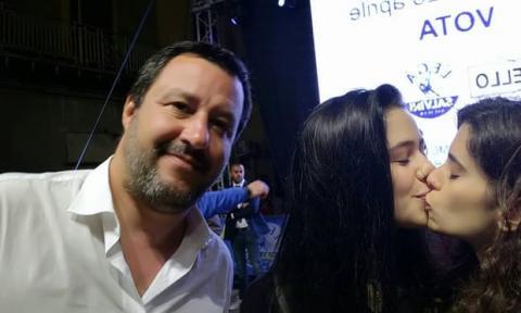 Італійські студентки запустили флешмоб проти правого міністра, поцілувавшись на селфі з ним