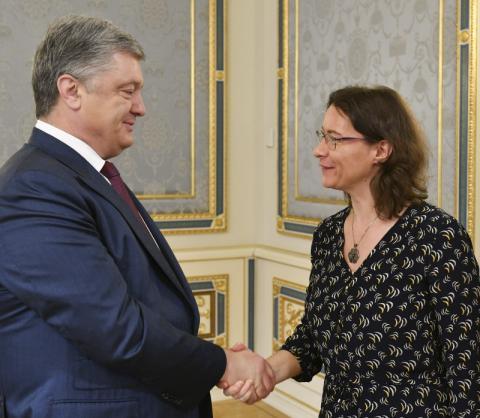Президент України Петро Порошенко закликав послів країн Великої сімки та ЄС продовжити підтримку України