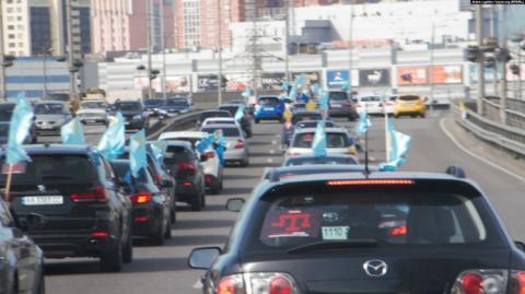 Роковини депортації кримських татар: у Києві пройшов автопробіг і мітинг
