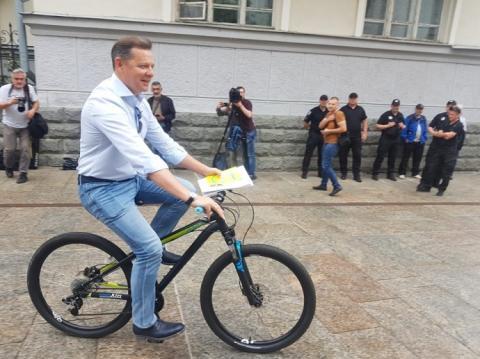 Ляшко приїхав на зустріч з Зеленським на велосипеді
