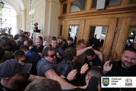 До ратуші Львова увірвалися невідомі, сталася бійка – міськрада