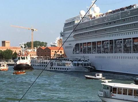 У Венеції круїзний лайнер врізався в причал і туристичний човен