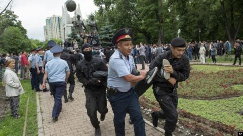 """Вибори у Казахстані: за """"несанкціоновані мітинги"""" затримано майже 500 осіб"""