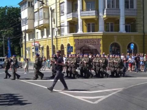 """У день візиту Зеленського в Маріуполі влаштують військовий парад і виступ """"95 кварталу"""""""
