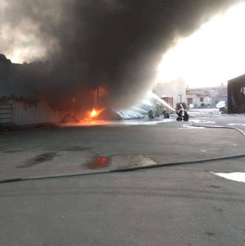 Пожежу на складі секонд-хенду на Великій Кільцевій ліквідували
