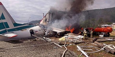 Пасажирський літак із заглухлим двигуном врізався у будівлю в Росії