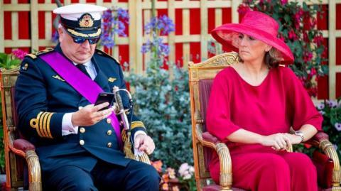 """Принц Бельгії проігнорував національний гімн, """"зависнувши"""" у смартфоні"""