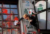 Протест у Лондоні: Посольство Бразилії облили червоною фарбою
