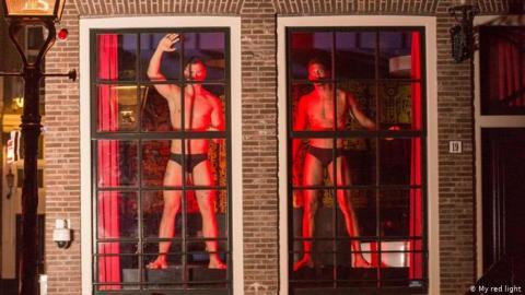 Амстердам: у вікнах кварталу червоних ліхтарів з'явились чоловіки