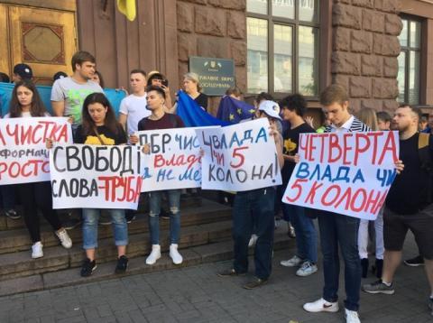 Порошенко прибув на допит до ДБР: його діти влаштували міні-мітинг