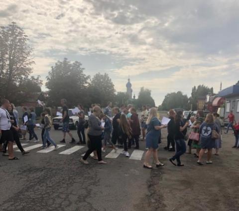 Вчителі перекрили рух транспорту у Первомайську через закриття двох шкіл