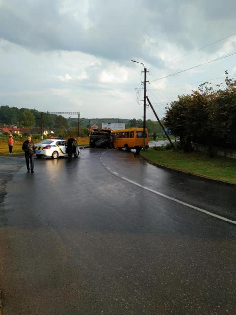 На Львівщині вантажівка зіткнулася з автобусом – більше 10 постраждалих