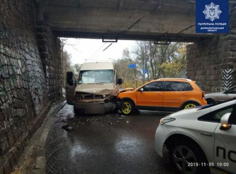 Автомобіль врізався у маршрутне таксі: 7 осіб у лікарні