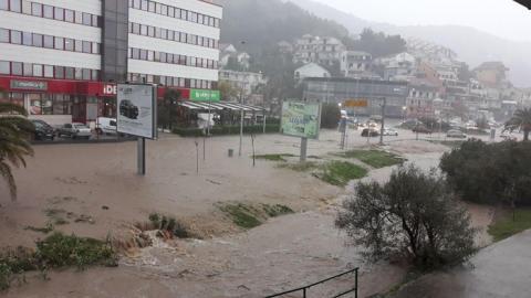 Затоплені дороги і заблоковані мости: Чорногорія потерпає від повені