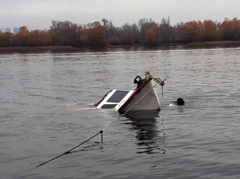 Біля Оболонської набережної в Києві затонула яхта