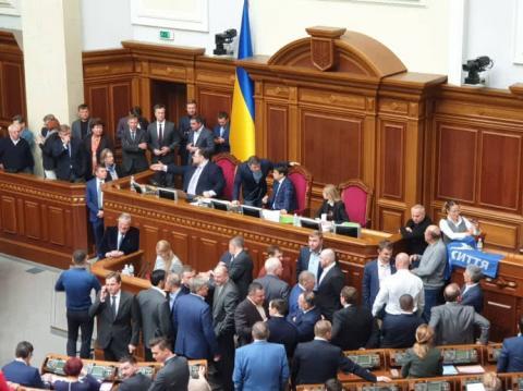 """""""Батьківщина"""" і ОПЗЖ гальмували засідання Ради: блокують трибуну і президію"""