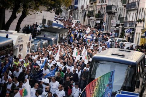 У Лісабоні тисячі поліцейських вийшли на акцію протесту біля парламенту