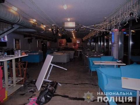 У Києві побилися відвідувачі і працівники ресторану, у вхід закладу влетіло авто