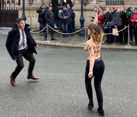 """Активістки Femen у Парижі намагалися прорватися на """"нормандську зустріч"""""""