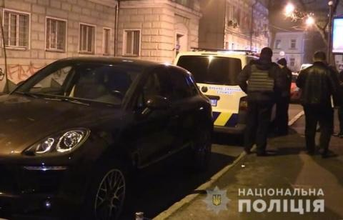 Перехожий затримав чоловіка, який кріпив підозрілий предмет на авто у Києві