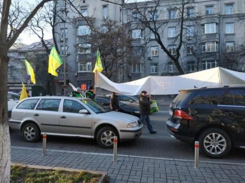 Під радою мітингують проти продажу землі
