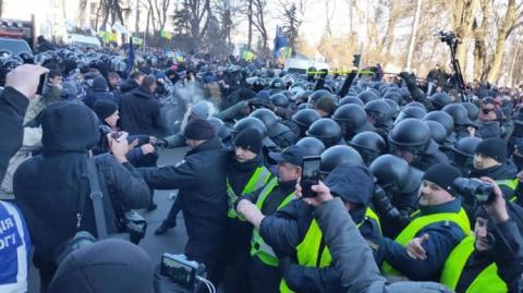 """Під Радою побилися """"Нацкорпус"""" і поліція: постраждали журналісти"""