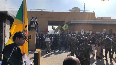 Розлючені протестувальники підпалили і штурмували посольство США в Іраку