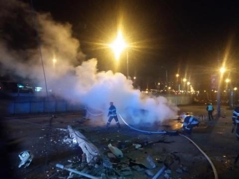 У Києві сталася смертельна ДТП: авто врізалося в стовп і загорілося
