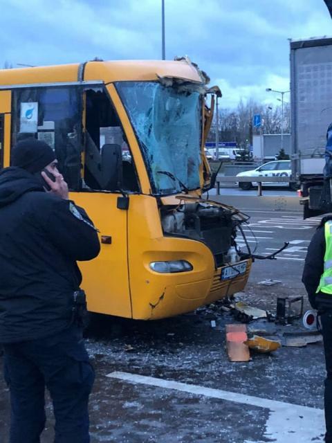 У Києві маршрутка з 11 пасажирами в'їхала у вантажівку
