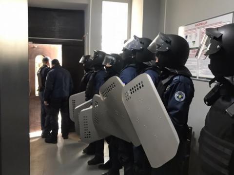 На суді щодо нападу на Жмеринську міськраду сталася сутичка, розпилили газ