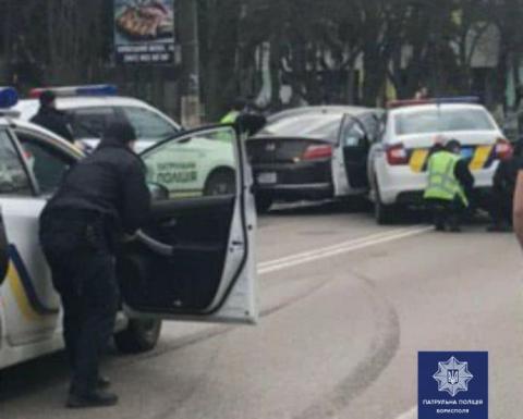 Чоловік наїхав на поліцейського, тікав у Бориспіль, а тоді погрожував застрелитись