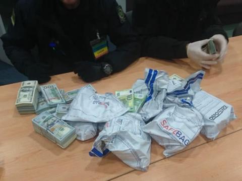 Українець намагався ввезти з Польщі більше півмільйона євро
