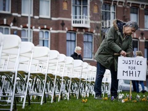 Біля посольства РФ у Гаазі поставили 298 білих стільців перед початком суду по МН17
