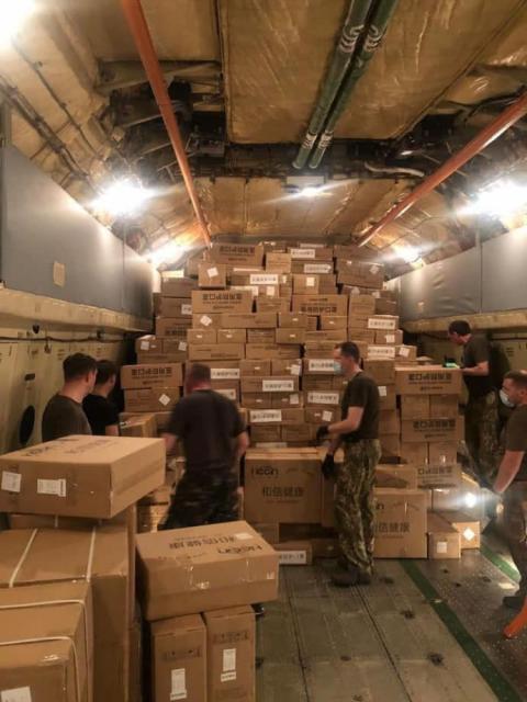 В Україну з Китаю прибули 250 000 експрес-тестів на коронавірус