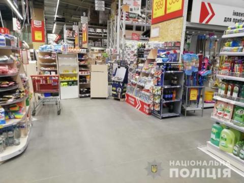 Карантин: поліція вдруге оштрафувала керівників гіпермаркетів на Київщині