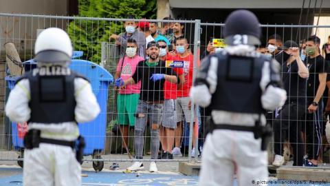 У Німеччині мешканці закритої на карантин багатоповерхівки атакували поліцію