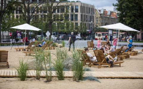 У центрі Вільнюса відкрили пляж, море будуть показувати на екрані