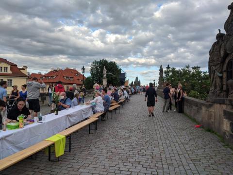 На Карловому мосту у центрі Праги влаштували застілля-прощання з коронавірусом