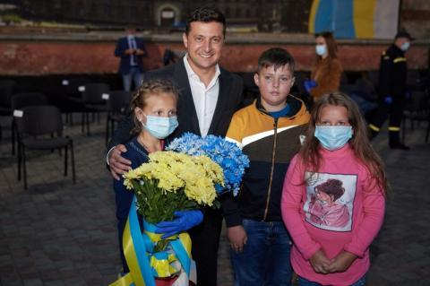 Глава держави привітав рятувальників з професійним святом: Вся Україна побачила вашу відвагу