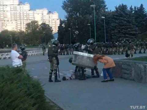 Протести після інавгурації Лукашенка розганяли водометами, є затримані і постраждалі