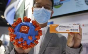 Один з волонтерів у випробуваннях вакцини AstraZeneca помер, але експеримент не зупинятимуть
