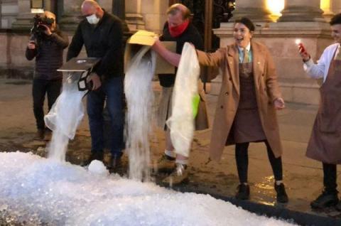 Власники барів насипали купи льоду під парламентом Шотландії на знак протесту