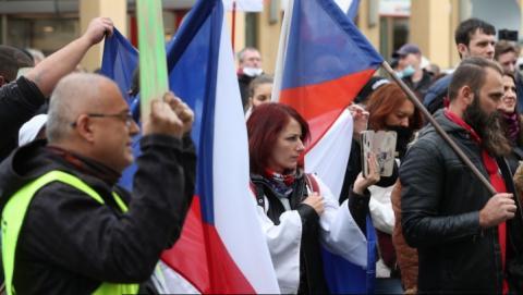 """У Празі кількасот людей вийшли протестувати проти """"коронавірусних"""" обмежень"""