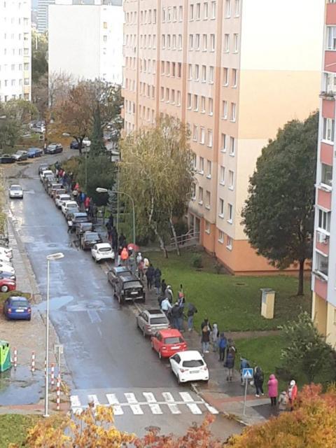 Словаччина тестує все населення на COVID: у містах довжелезні черги
