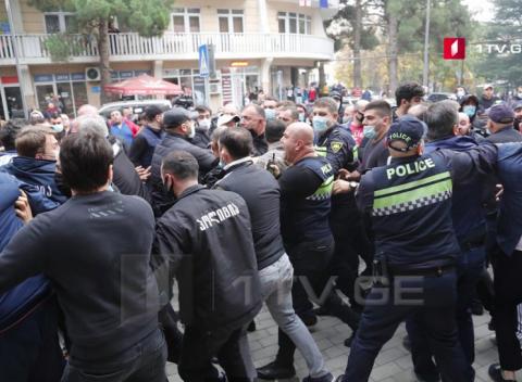 На парламентських виборах у Грузії на дільницях фіксують бійки