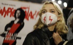 Тисячі людей і сльозогінний газ: у Польщі тривають протести проти посилення заборони абортів