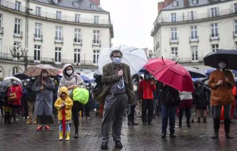 У Франції католики молитвою просто неба виступили проти карантину в церквах