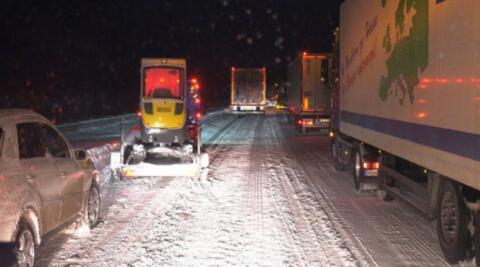 У Німеччині сотні водіїв провели ніч на автобанах через затори після снігопаду