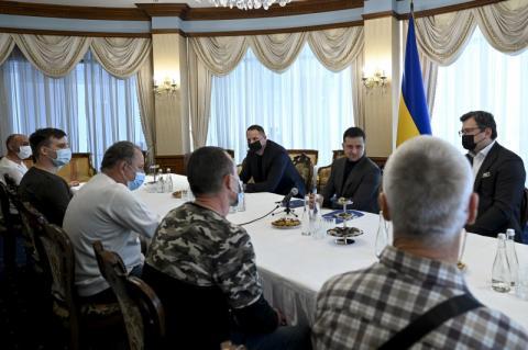 Володимир Зеленський зустрівся з українськими моряками із судна Stevia, визволеними з піратського полону