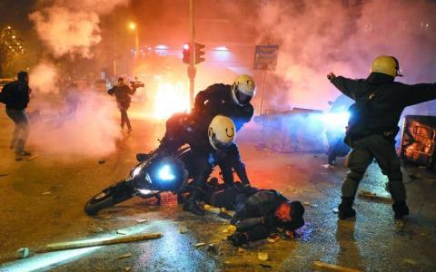 У передмісті Афін протести проти свавілля поліції переросли у жорсткі сутички